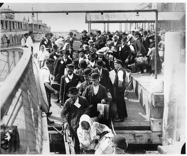 the struggles of chinese immigrants in america The coming of the chinese chinese immigrants had come to san francisco as early as 1838, but large numbers of chinese only began to come in 1850 for the same reason many americans were flocking to california - the 1849 gold rush.